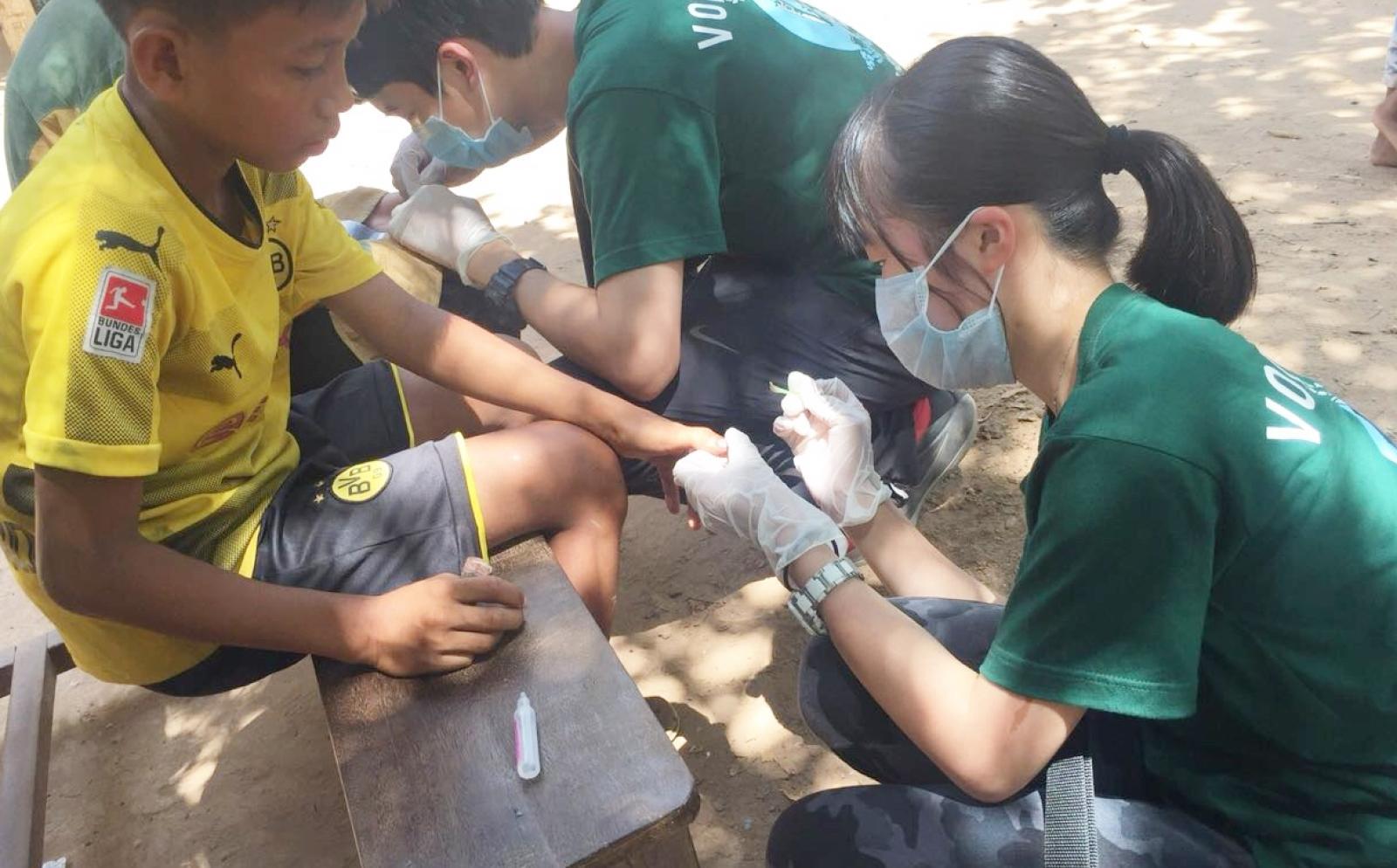 カンボジアの子供たちへの公衆衛生活動に取り組む日本人高校生ボランティア